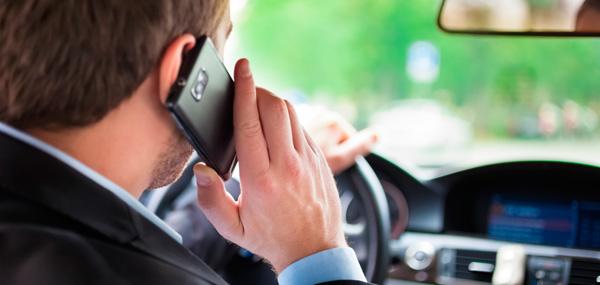 Alterações no Código de Trânsito Brasileiro: segurar ou manusear celular ao volante torna-se infração gravíssima.